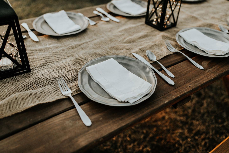 mesa con mantel, cubiertos y platos